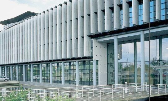 产品展示 遮阳百叶  户外机翼百叶为安装在建筑物外立面的大型百叶,以